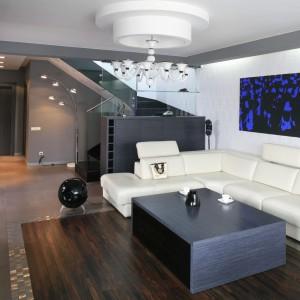 Do oświetlenia wnęk w sufitach podwieszanych można wykorzystać taśmy ledowe lub zamontować gotowe oprawy LED. Projekt: Dominik Respondek. Fot. Bartosz Jarosz.