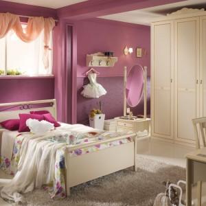 Ciemnoróżowe ściany będą znakomitym tłem dla mebli w kolorze jasnego drewna. Nadadzą wnętrzu romantyczny styl bez efektu przesłodzenia. Fot. Spar.