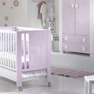 Urządzając pokoik niemowlęciu warto wybrać meble i dodatki w kolorze jasnego różu. Zbyt intensywne barwy mogą nadmiernie pobudzać maleństwo i powodować rozdrażnienie. Fot. Micuna.