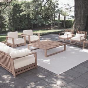 Motywem przewodnim kolekcji ogrodowej Square jest kształt kwadratu. Proste w formie meble wykonane są z litego drewna tekowego. Stworzona z naturalnego, przyjemnego w dotyku tworzywa kolekcja obejmuje: fotele, sofy, stoły, krzesła, stoliki kawowe i łóżka do opalania. Projekt: Livia Pansera. Fot. Meridiani.