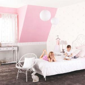 Jeśli nie chcemy inwestować w różowe meble, zamiast tego możemy kupić tapetę w tym kolorze i własnoręcznie ozdobić ściany. W ten sposób dość niskim kosztem uzyskamy bardzo ładny efekt. Fot. Casadeco.