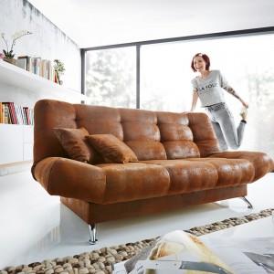 Rozkładana kanapa Wiola marki De Life z funkcją spania. Tapicerka z mikrowłókien wygląda jak lekko poprzecierany zamsz w kolorze ciepłego brązu, co podkreśla przytulny wygląd pikowanego mebla. Fot. De Life.