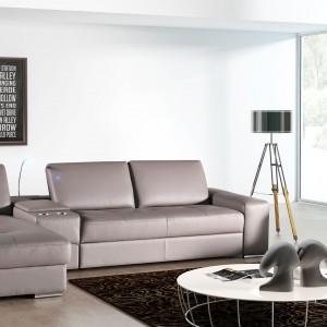 Sofa Onex marki TC Meble w modnym kolorze, z przesuwanymi do tyłu oparciami oraz z funkcją spania. Komplet posiada opcję barku z pojemnikami na napoje. Fot. TC Meble.