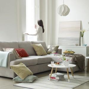Czteroosobowa sofa narożna Freya marki DFS w neutralnym, beżowym kolorze dostosuje się do każdej aranżacji. Prosta forma i miękka tapicerka gwarantują modny wygląd i komfort wypoczynku. Fot. DFS.