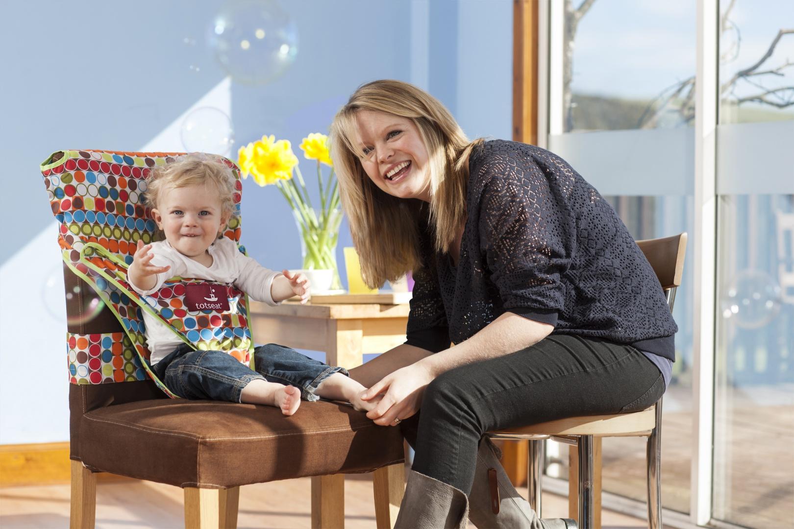 Historia pokrowca Totseat wiąże się z historią pewnej pani, która odwiedzając restauracje w Edynburgu nie mogła znaleźć czystego krzesła. Wszystkie były ubrudzone przez małe dzieci. Fot. Totseat.