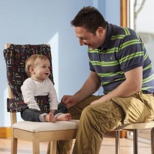 Przede wszystkim uprząż zapewnia bezpieczeństwo maluchom, chroniąc je przed upadkiem z krzesła. Fot. Totseat.