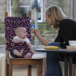 Sprytny pokrowiec można wykorzystać także w domu. Jest odpowiedni dla niemowlaków powyżej szóstego miesiąca życia. Fot. Totseat.