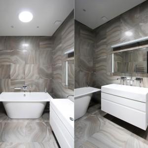 W drugiej łazience postawiono na cieplejsze odcienie beżów i jednorodne powierzchnie. Zarówno podłoga, jak i ściany zostały wykończone płytkami o takim samym wzorze i kolorze, co stworzyło niesamowity efekt wizualny. Projekt: Ramūnas Manikas, Valdas Kontrimas. Fot. Ramūnas Manikas.