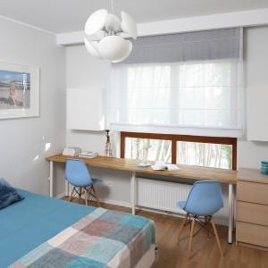Turkusowe dodatki z oferty sklepu Home&You (narzuta na łóżko, koc, poduszki, świeczki) nadają charakter tej jasnej sypialni. Do tego super pasują krzesła w niebieskim kolorze. Projekt: Anna Maria Sokołowska. Fot. Bartosz Jarosz.