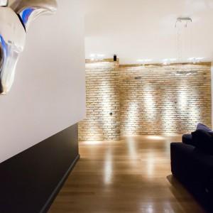 Wzdłuż sufitu poprowadzono oświetlenie w estetycznych, białych oprawach, które dzięki swojej barwie, wizualnie scalają się z powierzchnią sufitu i chowają w niej. Fot. Marek Białokoz.
