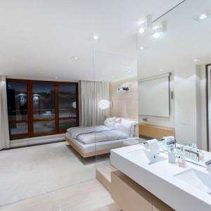 Przestrzeń łazienki tworzy duża wanna, strefa prysznica i dwie umywalki. W sypialni znajduje się duże, zabudowane łoże, z pozycji którego domownicy mogą oglądać filmy, wyświetlane z projektora. Fot. Marek Białokoz.