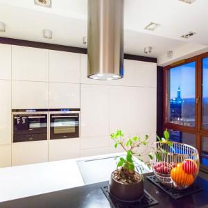 Porządek w kuchni pomaga utrzymać wysoka zabudowa, pokrywająca całą szeroką ścianę w pomieszczeniu. Zabudowano w niej również sprzęt AGD. Fot. Marek Białokoz.
