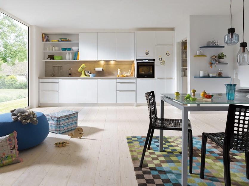 Białe meble kuchenne Jasna kuchnia z drewnianym   -> Kuchnia Jasna Meble