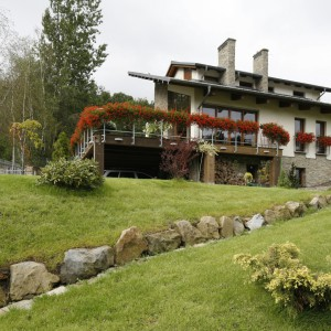 W tym domu taras znajduje się na wysokości pierwszego piętra. Przestrzeń poniżej tarasu zagospodarowano na wiatę garażową. Projekt: Małgorzata Borzyszkowska. Fot. Bartosz Jarosz.