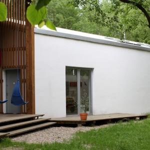 Malutki tarasik znajduje się także po drugiej stronie budynku. Można na nim odpocząć lub zapewnić miejsce na ulubionym roślinom. Projekt: Jacek Ziemiński. Fot. Tomasz Markowski.