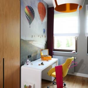 Ścianę przy biurku zdobi fototapeta przedstawiająca lecące, kolorowe balony. Do nich nawiązuje formą oprawa głównego oświetlenia. Projekt: Katarzyna Koszałka. Fot. Bartosz Jarosz.