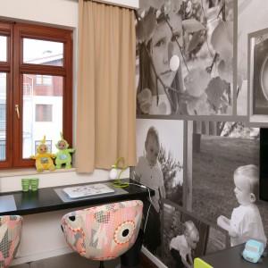 Zdjęcia to dobry pomysł na dekorację ścian w każdym wnętrzu. W pokoju dziewczynki występują w formie fototapety, przedstawiającej rozwój młodej gospodyni od wieku niemowlęcego do teraz. Projekt: Anna Maria Sokołowska. Fot. Bartosz Jarosz.