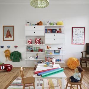 Sąsiadująca z salonem większa sypialnia została zaadaptowana na pokój dziecięcy. Pełno tutaj kolorowych akcentów, budujących radosną atmosferę sprzyjającą zabawom. Fot. Stadshem.se/Janne Olander.