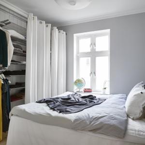 Szare ściany w sypialni rodziców nadają wnętrzu spokojny charakter. Fot. Stadshem.se/Janne Olander.