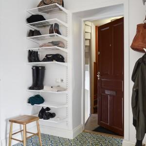 Podłogę w przedpokoju wyłożono marokańskimi, wzorzystymi płytkami. Fot. Stadshem.se/Janne Olander.