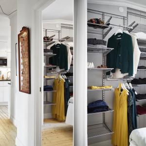 W niewielką przestrzeń w sypialni małżeńskiej wpasowano garderobę. Praktyczne metalowe półki można przesłonić jasną kotarą. Fot. Stadshem.se/Janne Olander.
