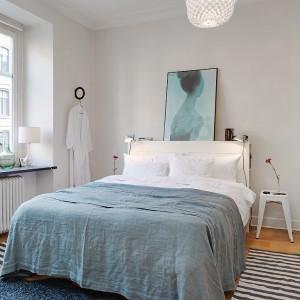 W skandynawskich sypialniach ważną rolę odgrywają tkaniny. Narzuty, dywany ocieplają wnętrza. Fot. Alvhem Mäkler.