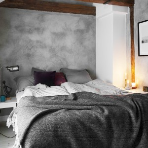 Szary odgrywa w tej sypialni główną rolę. Doskonale pasuje do bieli, które pięknie rozświetlana przestrzeń sypialni. Fot. Fantastic Frank.