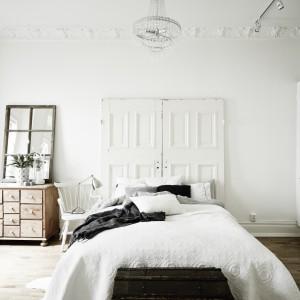 Jasne kolory ścian i mebli optycznie powiększają wnętrze. Fot. Stadshem.