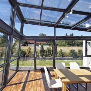 Jeśli marzy nam się wnętrze o nie tylko przeszklonych ścianach, ale także ze szklanym sufitem, idealnym rozwiązaniem jest ogród zimowy. Jego konstrukcja pozwoli nam się cieszyć wnętrzem pod gołym niebem. Fot. Schueco.