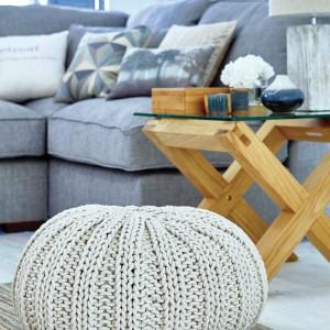 Umiejętne zestawienie dodatków pozwala wyczarować przytulny klimat nawet w skandynawskim wnętrzu. Dziergany puf to dodatkowe miejsce do siedzenia, jak również ciepła dekoracja w domowym stylu. Fot. Dunelm.