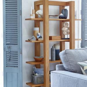 Prosta półka z drewna przypominająca formą rusztowanie, wpisuje się w nowoczesny styl skandynawskiej aranżacji ocieplonej drewnem. Fot. Dunelm.