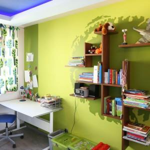 Kolorowa ściana wprowadza do pokoju dziecka pogodny, radosny nastrój. Dodatkowo wiszące półki pełnią rolę praktyczną. Projekt: Arkadiusz Grzędzicki. Fot. Bartosz Jarosz.