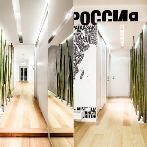 Lustro na ścianie na przeciw zielonych bambusów duplikuje je i stwarza wrażenie okalającego przedpokój soczystego lasu. Projekt i zdjęcia: Brain Factory.