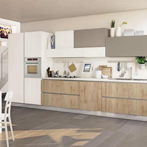 Jasna kuchnia z drewnianym akcentem - to proponują producenci