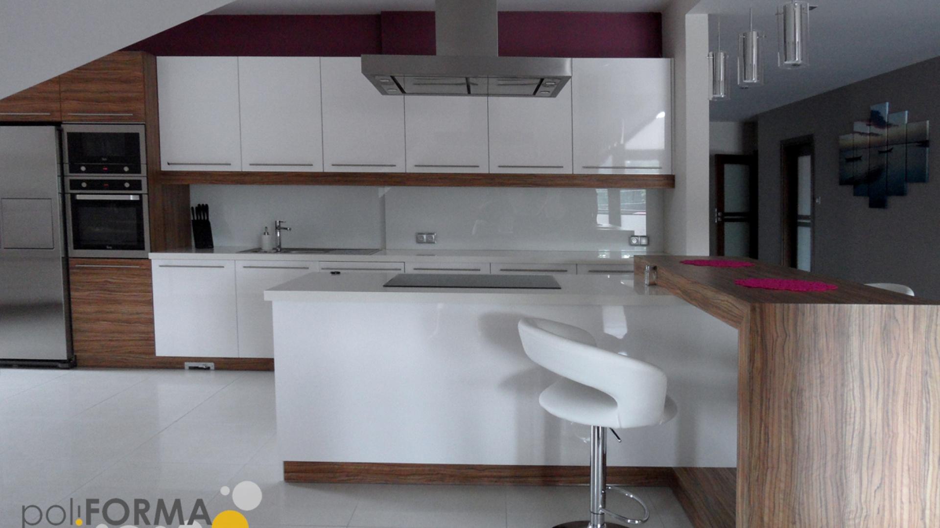 Kuchnia - płyta laminowana + MDF na wysoki połysk w kolorze białym. Między szafkami - szkło. Podłoga - gres, mozaika + podłoga drewniana. Projekt - Pro-Cert, Białystok. Fot. Pro-Cert.