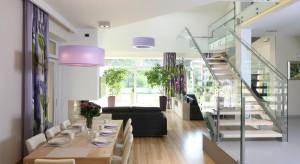 Schody, to istotny element większości współczesnych domów. Jak je zaprojektować, by były funkcjonalne oraz ładne? Zobaczcie propozycje polskich architektów.