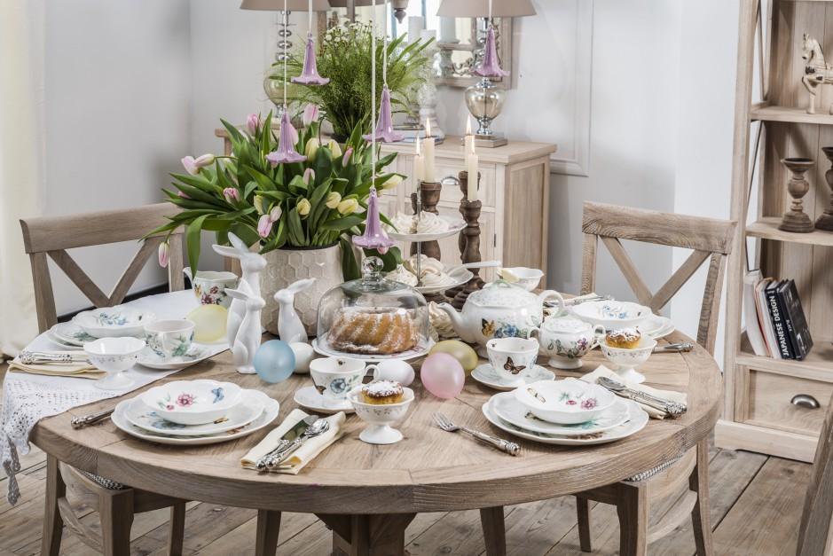 Kolekcja porcelany Butterfly Meadow marki Lenox to piękne, białe elementy ozdobione malowanymi motywami kwiatów, motyli i łąkowych owadów. Wniesie powiew wiosny do naszego domu. Fot. AD Loving Home.