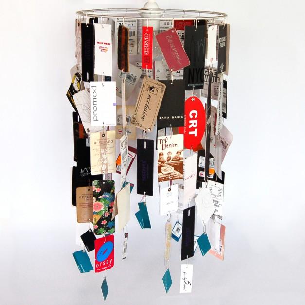 Lampa ekologiczna, wykonana z ponad stu sztuk papierowych metek od ubrań kilkunastu różnych firm. Lampa może być uzupełniana własnymi metkami jej posiadacza. Fot. Piknik Design/www.piknikdesign.pl.