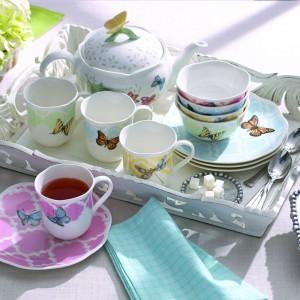 Kolorowa zastawa stołowa w piękne motyle to propozycja amerykańskiej manufaktury porcelany Lenox. Linia Butterfly Meadow to idealna propozycja na wiosnę, która świetnie ożywi stołowe aranżacje. Fot. Lenox.