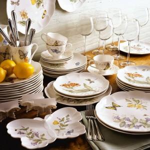 Oprócz barwnych owadów to także kwiaty są znakiem rozpoznawczym serii Butterfly Meadow od marki Lenox. Porcelana charakteryzuje się niezwykłą lekkością i wdziękiem. Fot. Lenox.
