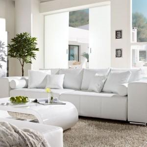 Biała sofa Marbeya z funkcją spania wykończona cienką i bardzo elastyczną skórą syntetyczną. Mebel wyposażony w osiem poduszek i dwie podpory oraz wbudowany kontener na koce czy pościel. Dostępna w sklepie De Life. Fot. De Life.