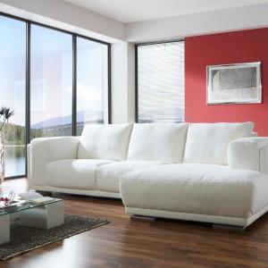 Wyjątkowo miękka sofa narożna Shabby Chic marki Inne Meble pozwala odnieść wrażenie, że leżymy na lekkim obłoku. Złudzenie to potęguje śnieżnobiała barwa tapicerki. Cena: od 3.082 zł. Fot. Inne Meble.