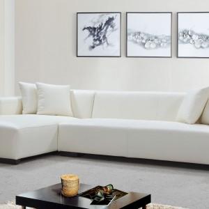 Ultranowoczesna, niska sofa narożna marki Denelli Italia podkreśli charakter nowoczesnego wnętrza. Biała tapicerka dodaje lekkości dość masywnej formie mebla. Cena: ok. 6.000 zł. Fot. Denelli Italia.