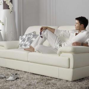 Elegancka sofa dwuosobowa Minuetto marki Kler. Wyrafinowany kształt oraz skórzane obicie w kolorze złamanej bieli sprawiają, że mebel jest wyrazisty, a zarazem subtelny. Fot. Kler.