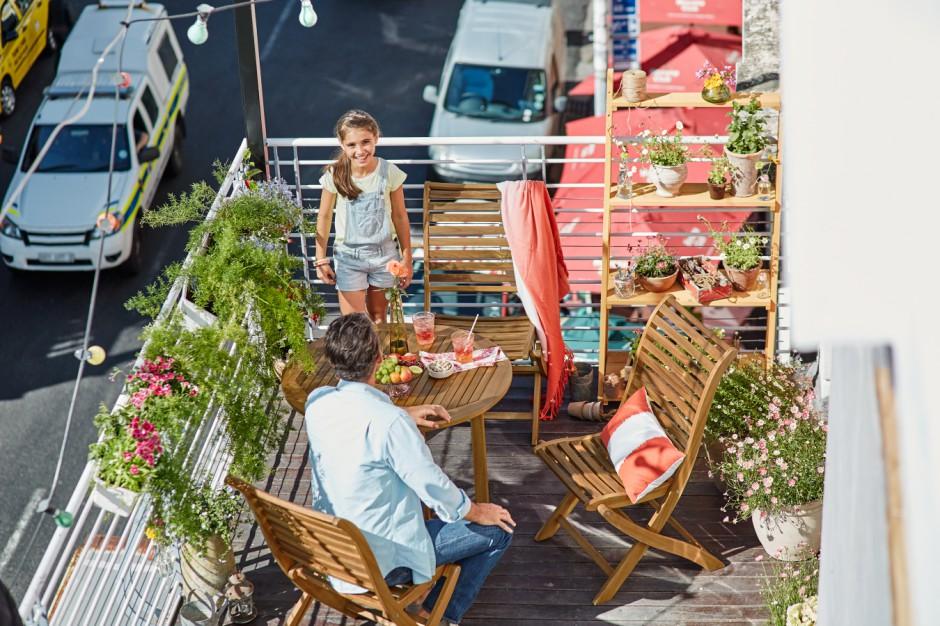 Meble balkonowe wykonane z drewna akacjowego są odporne na czynniki atmosferyczne i trwałe. Krzesło składane z okuciami ze stali nierdzewnej umożliwia przechowywanie wymagające niewiele miejsca. Fot. Tchibo.