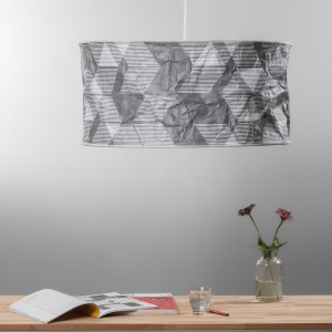 Lampy wiszące Lineworks projektu Moniki Brauntsch i Soni Słaboń, z dużym abażurem, wykonanym z zadrukowanego Tyveku. Fot. Radosław Kazimierczak.