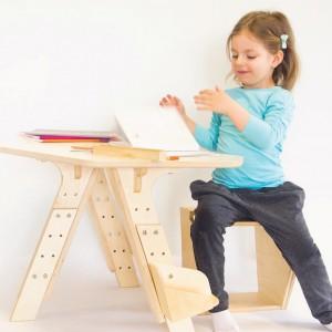 Krzesełko Kivak z zestawu Mebli MOBI. Siedzisko dostępne jest w pięciu różnych rozmiarach i oparcie w wersji statycznej i dynamicznej, pozwalającej na możliwość kołysania i obrotu. Fot. Pilch.