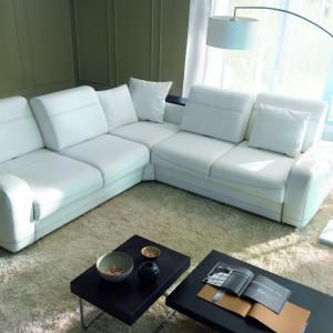 Niski narożnik Bentley dostępny w ofercie marki Etap Sofa. Lekko pochyłe oparcia gwarantują komfortowy wypoczynek oraz umożliwiają oglądanie telewizji w wygodnej, półleżącej pozycji. Fot. Etap Sofa.