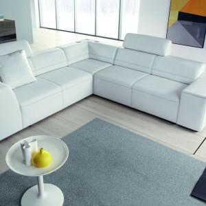Narożnik Superline marki Etap Sofa w śnieżnobiałym obiciu. Geometryczna forma mebla podkreśli nowoczesny wygląd każdego wnętrza. Fot. Etap Sofa.