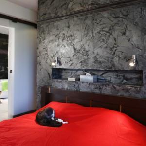 Zmysłowy charakter sypialni to bez wątpienia zasługa eleganckiej ściany wykończonej kamieniem. Luksusowy charakter wnętrza podkreśla elegancka łazienka, do której można wejść wyłącznie przez sypialnię. Projekt: Katarzyna Merta-Korzniakow. Fot. Monika Filipiuk-Obałek.
